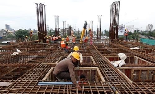 Công nhân làm việc tại một dự án đường sắt ở Ấn Độ. Ảnh: Reuters