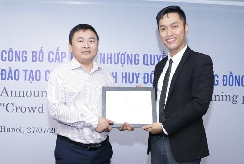 Ông Trung và CFM Investment cấp phép nhượng quyền đào tạo chương trình gọi vốn cộng đồng CFM cho ông Nguyễn Trọng Giang - một trong những học viên cũ của chương trình