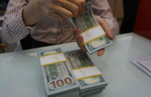 Giao dịch ngoại tệ tại một ngân hàng thương mại TP HCM. Ảnh: Anh Tú.