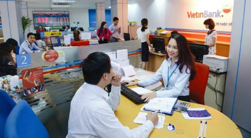 Giao dịch tại một chi nhánh của Vietinbank. Ảnh: PV.
