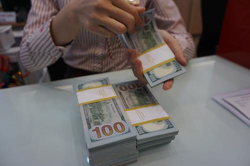 Giao dịch USD tại một ngân hàng thương mại tại Hà Nội. Ảnh: Anh Tú