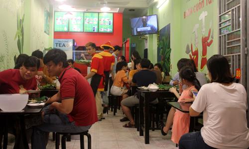 Không gian cửa hàng bán bánh cuốn Tây Sơn vào một chiều chiều muộn.
