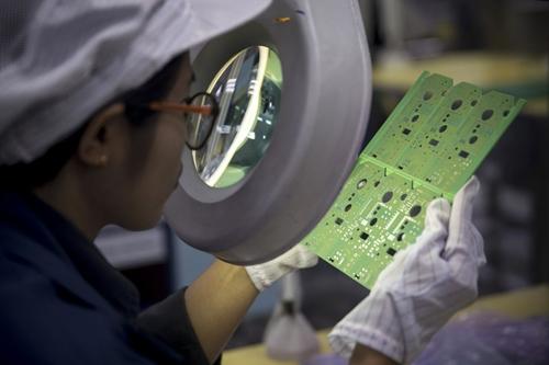 Công nhân một nhà máy lắp ráp đồđiện tử tại Trung Quốc. Ảnh: Bloomberg