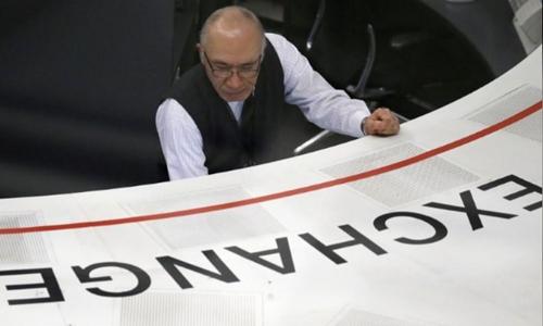 Nhân viên tại sàn giao dịch Tokyo (Nhật Bản). Ảnh: Reuters