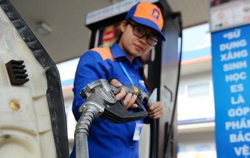 Nhân viênbơm xăng cho khách hàng tại một cửa hàng xăng dầu thuộc hệ thống Petrolimex.