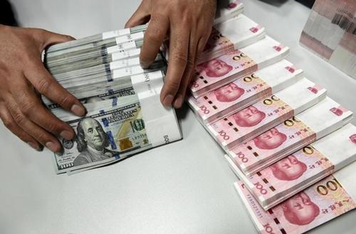 Nhân viên kiểm tiền tại một chi nhánh của Bank of China. Ảnh: Reuters