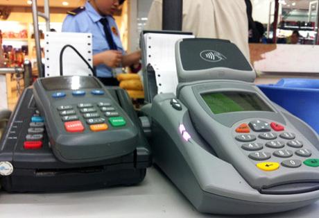 Thanh toán qua máy POS tại một cửa hàng mua sắm. Ảnh:T.L