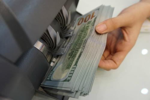 Giao dịch USD tại một ngân hàng thương mại ở TP HCM. Ảnh:Anh Tú.
