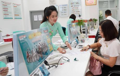 Khách hàng đến giao dịch tại Kienlongbank Châu Thành, Tây Ninh.