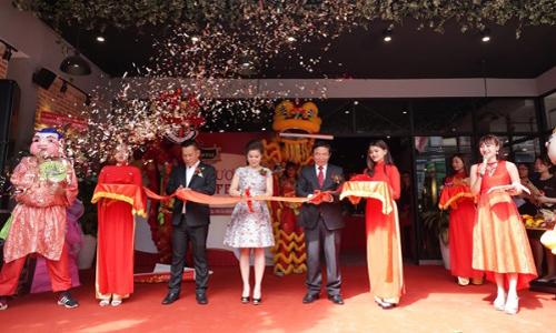 Lễ cắt băng khai trương cửa hàng King Coffee đầu tiên tại TP HCM.