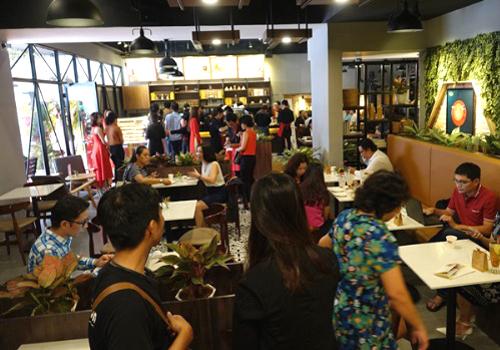 Rất đông khách hàng có mặt tại cửa hàng King Coffee TP HCM ngay buổi khai trương.