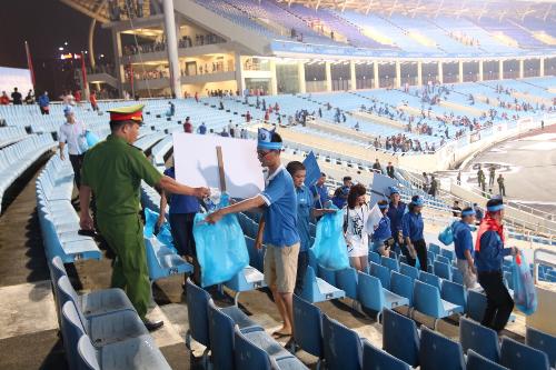 Cán bộ giữ gìn an ninh trật tự cũng tham gia công tác vệ sinh, dọn rác sau trận đấu.
