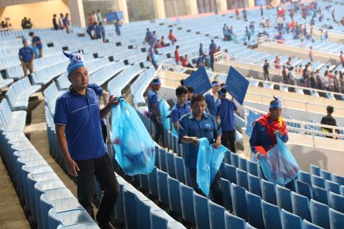 Rất nhiều cổ động viên tham gia dọn dẹp rác trên khán đài.