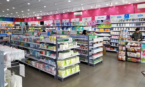 Sữa, tã được bày bán tại một cửa hàng trong hệ thống Con Cưng.