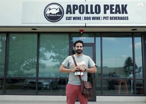 Brandon Zavala trước xưởng sản xuất rượu bia cho chó mèo Apollo Peak. Ảnh: CNBC