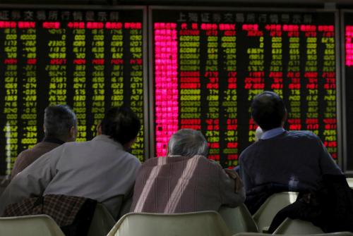 Một nhóm nhà đầu tư Trung Quốc đang theo dõibảng điện tử. Ảnh: Reuters