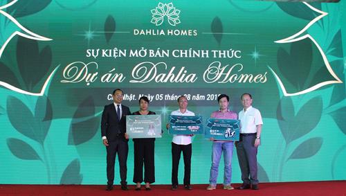 Đại diện chủ đầu tư Gamuda Land Việt Nam và Cenland trao tặng những giải thưởng cho khách hàng may mắn.