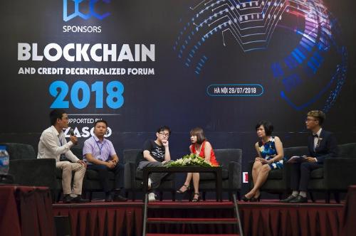 Các chuyên gia, diễn giả trao đổi trong diễn đàn Blockchain và ứng dụng tín dụng phi tập trung 2018