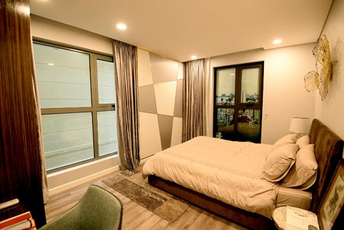 Với phòng ngủ sở hữu 2 cửa sổ với tầm nhìn khoáng đạt, gia chủ có thể thoải mái ngắm cảnh hồ Tây và đón gió sông Hồng.