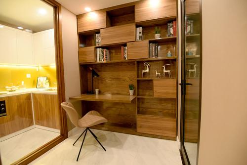 Phòng làm việc được ngăn cách với bếp ăn qua lớp kính lớn giúp tạo sự riêng tư cũng như tối đa hóa công năng sử dụng của căn hộ.