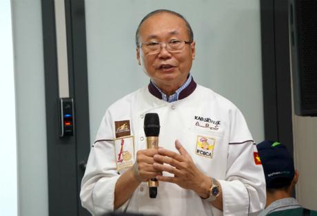 Ông Kao Siêu Lực nói sẽ không chấp nhận giảm giá bánh hay bán với hình thức mua 1 tặng 1 tại Mỹ. Ảnh: Viễn Thông