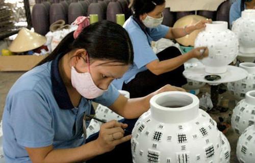 Sản xuất bình gốm tại một doanh nghiệp thủ công mỹ nghệ.