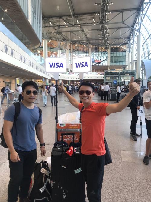 Ít ai biết rằng, mùa giải vừa rồi, ca sĩ Hoàng Bách và phượt thủ Hoàng Lê Giang đã có những trải nghiệm rất riêng tại nước chủ nhà Nga. Vừa đặt chân tới Nga, cả hai người đã được cácthành viên trong đoàn của Visa chào đón. Thủ tục check-in cũng nhanh gọn nhờ có FanID.