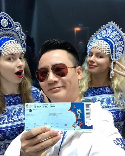 Hoàng Bách check-in tại sân sân vận động Luzhniki cùng các cô gái Nga xinh đẹp, trên tay anhlà chiếc vé FIFA World CupTMdo Visa trao tặng.