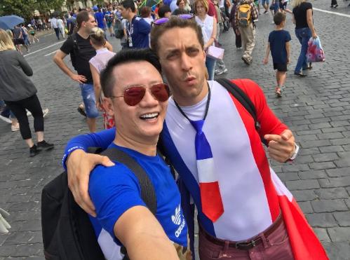 Hoàng Bách giao lưu với các fan đến từ Mexico, Croatia... Anh dự định cổ vũ Tây Ban Nha trong trận đấu loại trực tiếp với chủ nhà Nga. Sau đó, ca sĩ quyết định làm cổ động viên trung lập vì xúc động trước tình cảm và sự chu đáo của người Nga trong việc tổ chức giải, đón tiếp du khách.