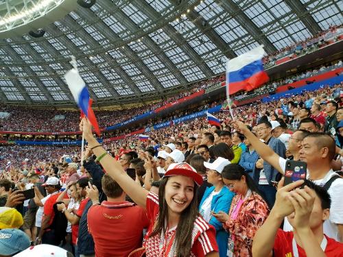 Tôi rất ấn tượng với những lời hô vang Russia của CĐV trên khán đài để tiếp thêm sức mạnh cho các cầu thủ của đội tuyển Nga thi đấu tốt hơn.Ngoài ra, tạicác con đường của Nga, mọi người đều náo nức ăn mừngvới chiến thắng mà Nga đạt được. Một lần nữa cảm ơn Visa đã cho tôi cơ hội đến tận Nga thưởng thức không khí này, phượt thủ Hoàng Lê Giang chia sẻ cảm xúc của mình sau trận đấu giữa Nga và Croatia.