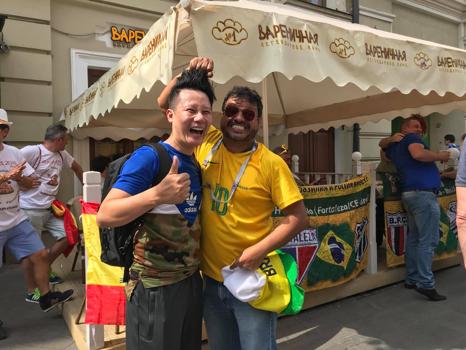 Đây cũng là lần đầu tiên FIFA World CupTM được tổ chức tại đất nước Nga, khiến nơi đây trở thành tâm điểm của fan bóng đá đến từ khắp nơi trên thế giới. Để kỷ niệm sự kiện này, rất nhiều đồ lưu niệmcho mùa FIFA World CupTM đã được sản xuất tại Nga cho các cổ động viên từ các quốc gia trên thế giới. Hai vị khách cũng tranh thủ rinhvề rất nhiều món đồ ý nghĩa và đặc sắc.