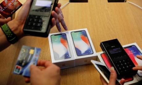 Khách hàng mua iPhone X tại một Apple Store ở Bắc Kinh. Ảnh: Reuters