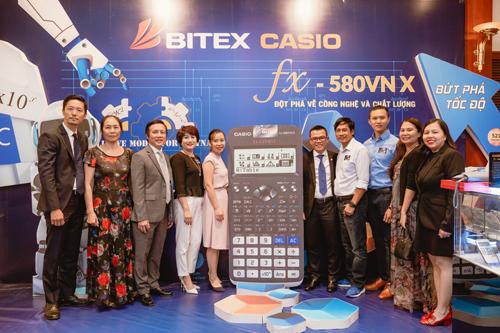 Ông Nguyễn Xuân Dũng - Chủ tịch HĐQT (thứ ba từ trái qua) và bà Trần Thanh Thảo - Tổng giám đốc Bitex (ngoài cùng bên phải) giới thiệu sản phẩm mới tại hội nghị khách hàng năm 2018.