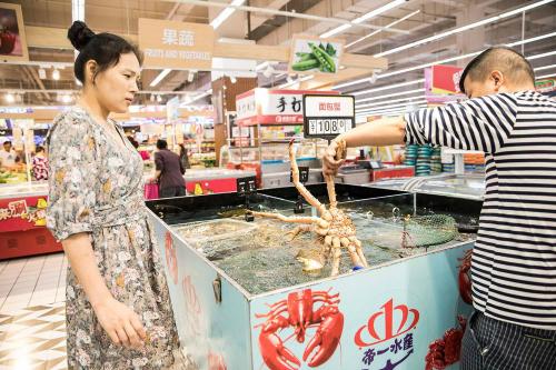 Người tiêu dùng trẻ tại Trung Quốc ngày càng mê hải sản. Ảnh: Bloomberg
