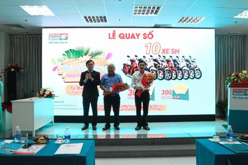 Kienlongbank tặng hoa cảm ơn cho đại diện NHNN VN CN tỉnh Kiên Giang (đứng giữa) và đại diện Sở Công thương tỉnh Kiên Giang (bìa phải)