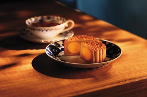 Bánh trung thu hạt sen trắng hai trứng muối là một trong những dòng bánh nổi tiếng nhất của Hong Kong MX Mooncakes.
