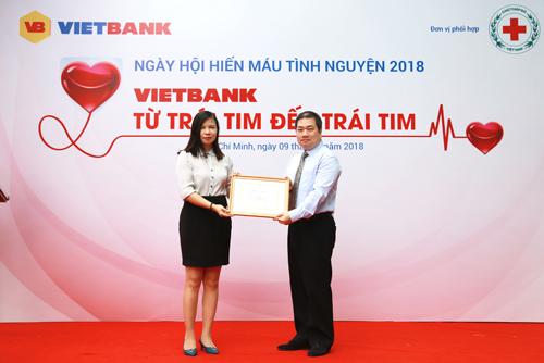 Bà Trần Thị Thắm - Phó Giám đốc Trung tâm hiến máu nhân đạo TP. HCM trao thư cảm ơn cho Ngân hàng Vietbank (2)