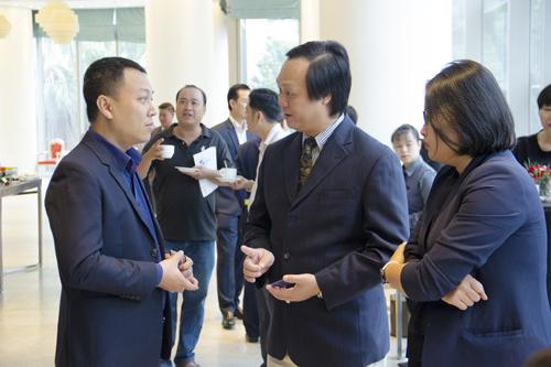 Ông Bùi Quang Anh Vũ Phó Tổng Giám đốc Đầu tư của Phát Đạt (vị trí giữa) trao đổi tại sự kiện IR Awards 2018