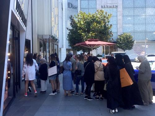Khách mua đợi bên ngoài các cửa hàng trong Istinye Park. Ảnh: Bloomberg