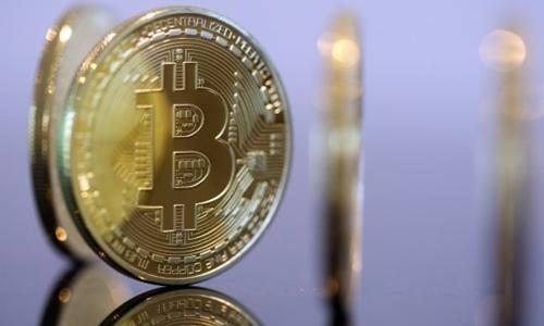 Những đồng xu mô phỏng Bitcoin được trưng bày. Ảnh: Reuters