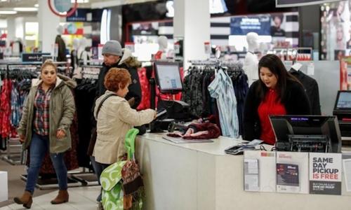 Một khách hàng đang thanh toán tại một trung tâm thương mại ở Illinois (Mỹ). Ảnh: Reuters