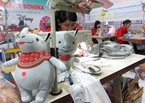 Công nhân đang làm linh vật nhồi bông bên trong nhà máy của Istana Boneka. Ảnh: JP