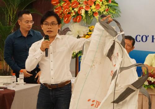 Một đại diện doanh nghiệp cầm loại bao nhựa đang được liệt vào chất thải cấm nhập khẩu. Ảnh: Viễn Thông