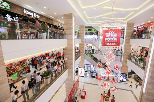 Hàng nghìn khách hàng háo hức trải nghiệm TTTM Vincom Plaza Trần Phú ngay sau khi khai trương.