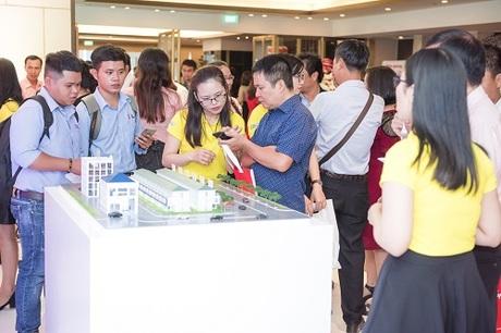 Khách hàng trải nghiệm loạt ứng dụng nhà thông minh của Điện Quang trong buổi ra mắt diễn ra vào đầu thàng 8.