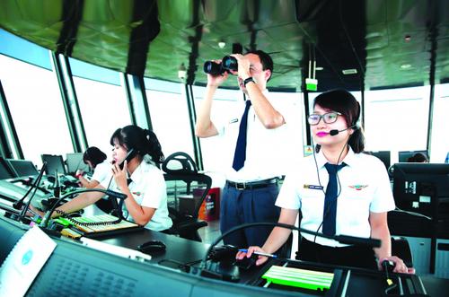 Cán bộ Tổng công ty Quản lý bay Việt Nam làm việc trong đài kiểm soát không lưu.
