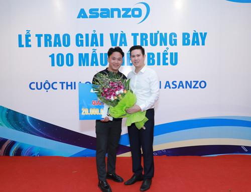 Chủ tịch Asanzo Phạm Văn Tam trao giải cho thí sinh đồng giải Nhì.