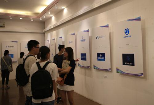 Khán giả tham quan khu trưng bày logo của 100 thí sinh xuất sắc trước giờ chung kết.