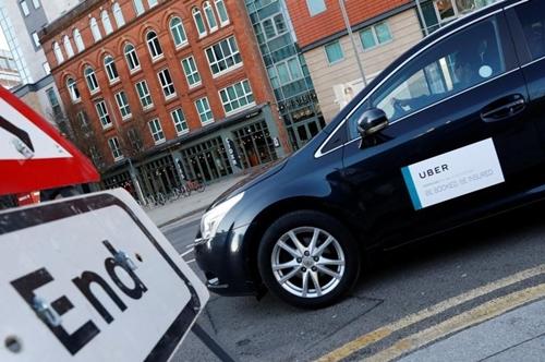 Một xe chạy Uber trên đường phố Birmingham (Anh). Ảnh:Reuters