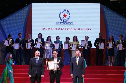 CEO Hà Khánh Tuyền trong một buổi lễ vinh danh.